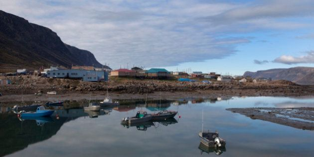Boats sit at low tide in the isolated town of Pangnirtung, Nunavut on Baffin Island in the Canadian Arctic August 20, 2009. REUTERS/Andy Clark (CANADA SOCIETY ENVIRONMENT)