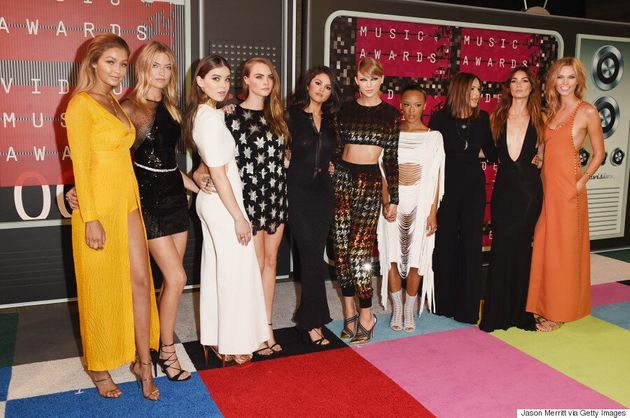 Taylor Swift Brings Her Squad To The MTV VMA 2015 Red