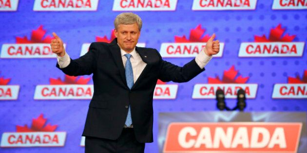 Canada's Prime Minister Stephen Harper gives a pair of thumbs up gestures as he gives his concession speech after Canada's federal election in Calgary, Alberta, October 19, 2015. REUTERS/Mark Blinch