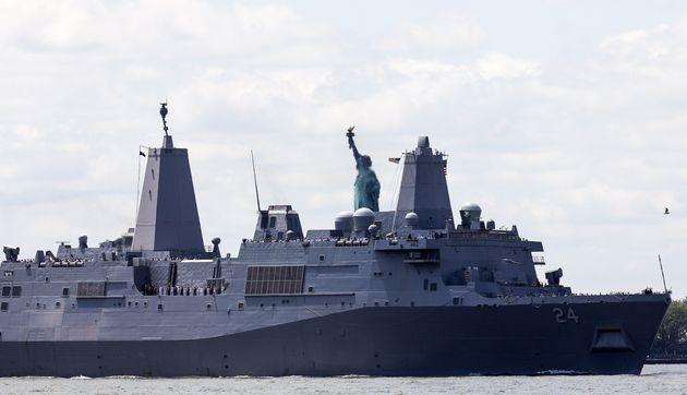 L'USS Arlington lors d'une sortie destinée à montrer le navire aux Américains, en...