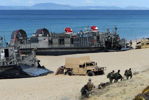 L'USS Arlington embarque de nombreux hommes et équipements destinés à un débarquement,...
