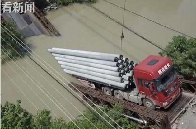 중국에서 제한 무게 50배 실은 트럭 때문에 다리가