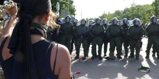Une manifestante tient le coup