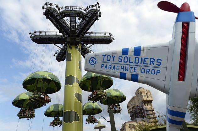 D'après Disneyland Paris, cette attraction, la Toy Soldiers Parachute Drop, est la seule interdite...