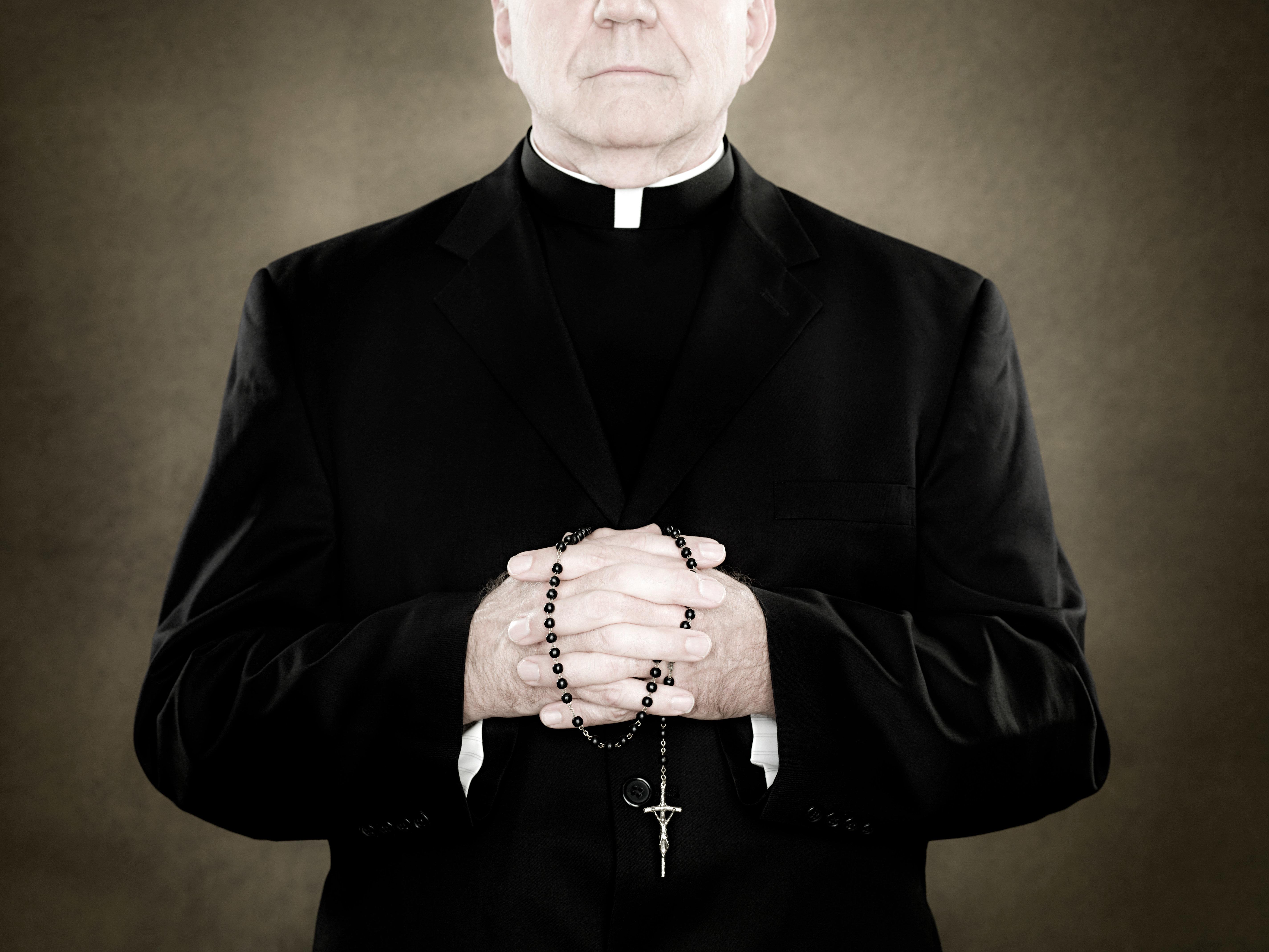 Abusò di 10 minori, ex prete sconterà 20 anni di