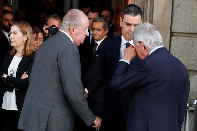 Felipe González se seca las lágrimas ante el rey emérito, Juan Carlos I, y el presidente...