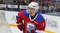Putin star dell'hockey, tra tanti gol e una caduta