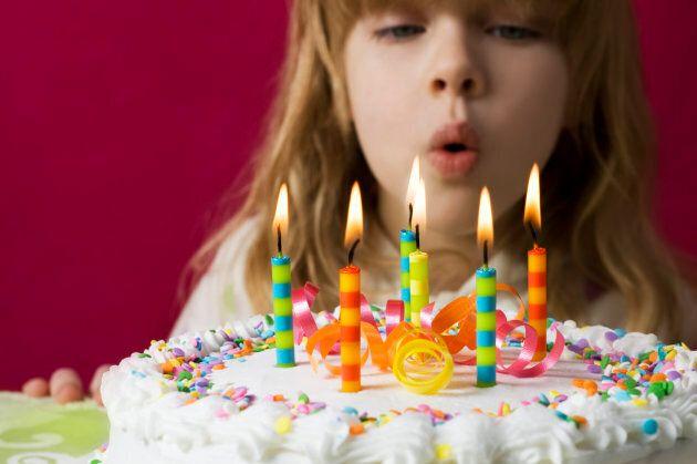 Souffler les bougies sur un gâteau d'anniversaire est en fait très