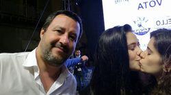 Πρωτότυπη διαμαρτυρία με selfie δύο κοριτσιών κατά της ρητορικής του