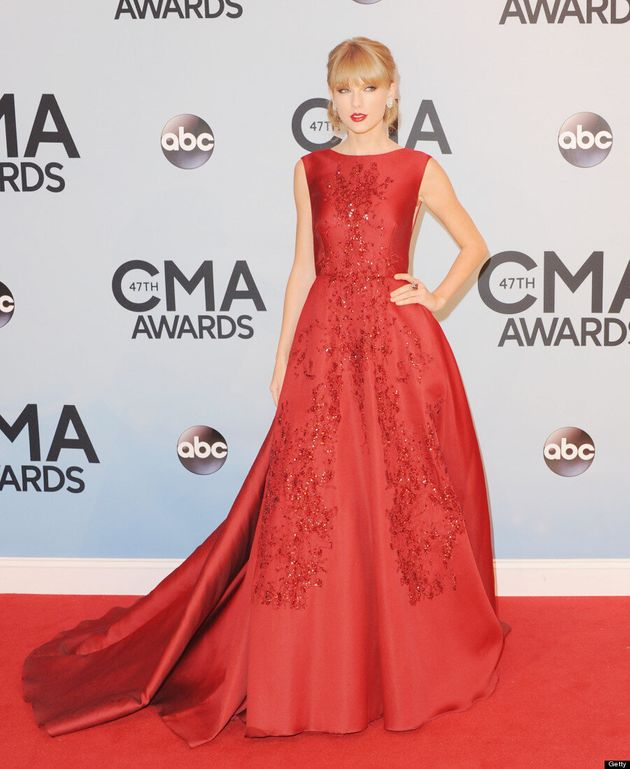 Taylor Swift CMAs 2013: 'Red' Singer's Dress Overwhelms Her On Red Carpet (VIDEO,