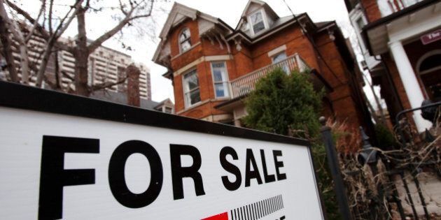 A house is seen for sale on the real estate market in Toronto, April 9, 2009.  Canadian housing starts rose an unexpectedly strong 13.7 percent in March, breaking a six-month losing streak, but analysts said the recovery is likely to be temporary.   REUTERS/Mark Blinch (CANADA BUSINESS)