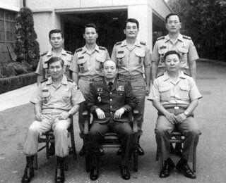 전두환(앞줄 가운데) 보안사령관 대장 진급 기념 촬영.