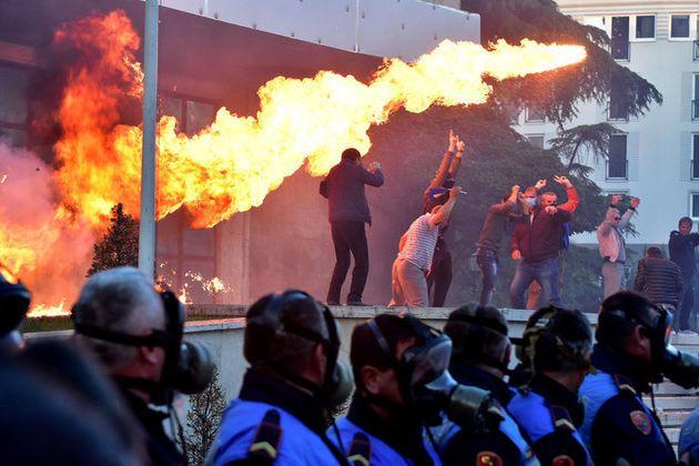 Αλβανία: Εριξαν μολότοφ στο γραφείο του
