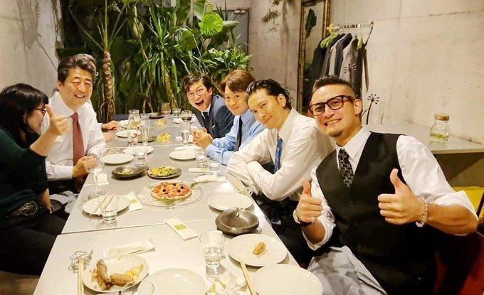 安倍首相、TOKIOとピザを食べる。満面の笑みを浮かべた写真を投稿