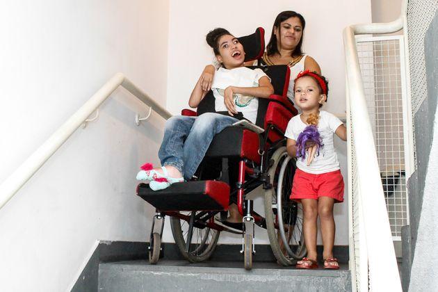 Sem emprego, Adenilda tem que cuidar das filhas Jennifer e Lorena em