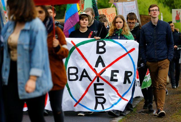 Des manifestants écologistes manifestent contre la fusion en Bayer et