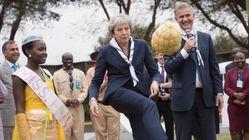 Βρετανία: Η Τερέζα Μέι παίζει ποδόσφαιρο σε εκδήλωση εκλογικής της