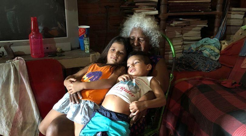 A avó Francisca Veloso cuida dos netos Vitória e Pedro para a filha, Maria Edina, poder