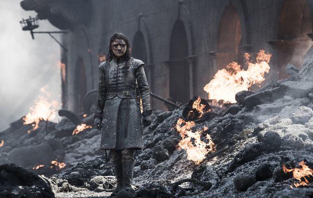 Arya au milieu des décombres et des cendres de