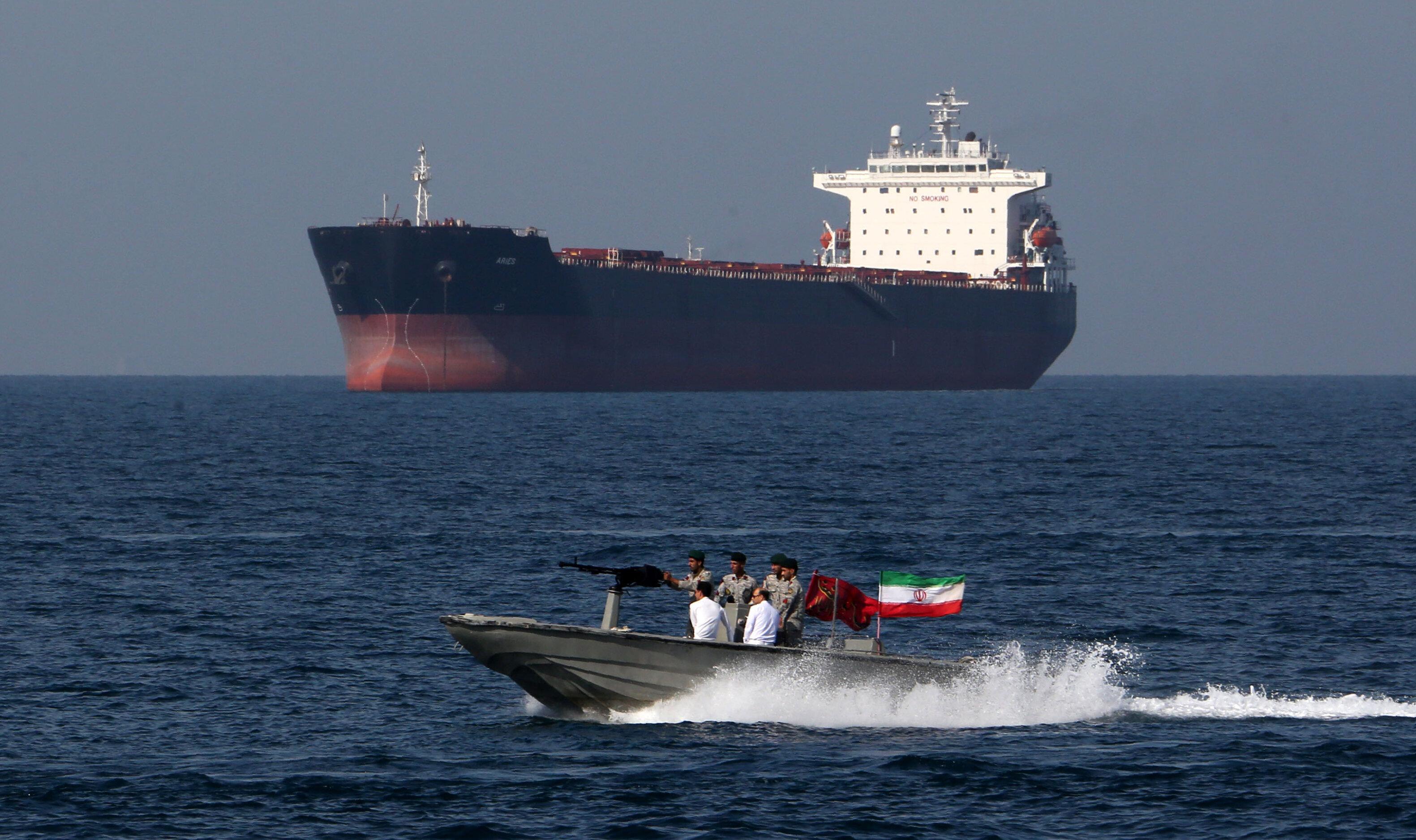 자료사진 - 호르무즈 해협에서 이란 군인들이 '페르시아만의 날'에 참석하는 모습. 17세기 압바스 1세가 포르투갈 해군을 격퇴한 군사작전을 기념하기 위한 날이다. 호르무즈 해협은 전...