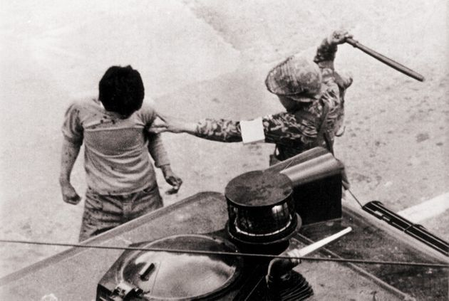 +(십자)완장을 찬 위생병마저 페퍼포그 차량 옆에서 저항의지도 없는 학생을 곤봉으로 힘껏 내려치고