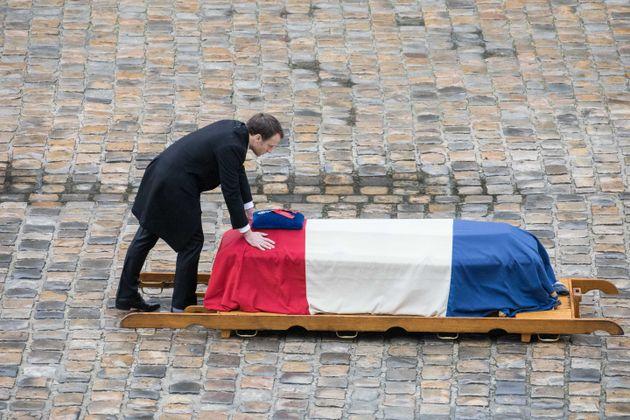En mars 2018, Emmanuel Macron a élevé Arnaud Beltrame au rang de héros français....
