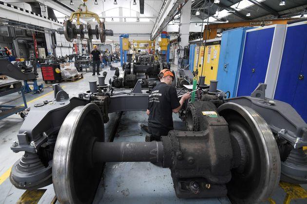 Un trabajador de la planta de trenes de alta velocidad TGV, en la factoría de SNCF Technicentre...