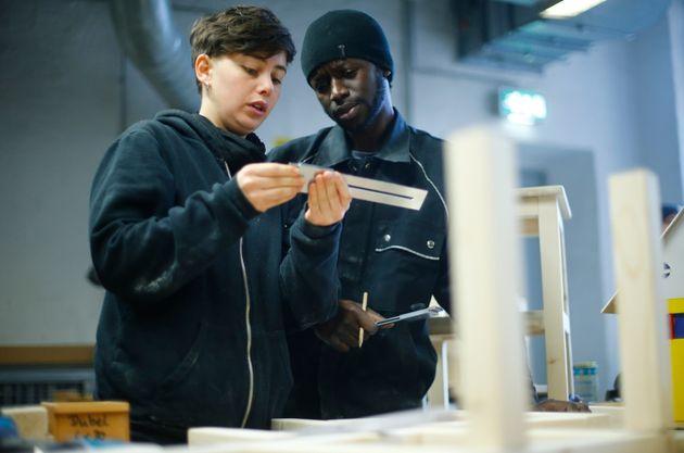 Una voluntaria instruye a un refugiado durante un taller de la iniciativa Arrivo Berlin para ofrecer...
