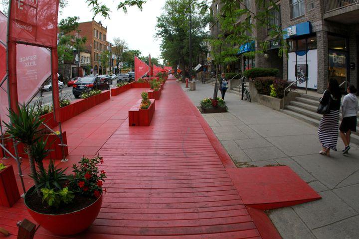 L'administration de Denis Coderre a installé une terrasse rouge sur la rue Saint-Denis pendant les travaux, mais n'a pas revu l'aménagement final de l'artère.