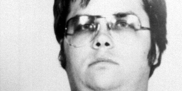 NEW YORK, UNITED STATES: ACOMPANA NOTA EEUU-MUSICA-LENNON / PERSONAJE (ARCHIVO) Foto del 09 de diciembre de 1980 de Mark David Chapman, asesino convicto del cantante John Lennon, quien pidio salir en libertad condicional el 30 de setiembre de 2004 tras pasar 20 anos de carcel. Chapman fue condenado a entre 20 anos y perpetuidad por asesinar a balazos al ex integrante de los Beatles frente a su domicilio en Nueva York el 08 de octubre de 1980. AFP PHOTO / NYC PD (Photo credit should read NYC PD/AFP/Getty Images)