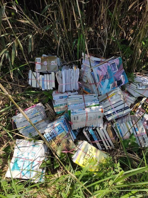 山中に捨てられた図書館のバーコードシールがついた書籍