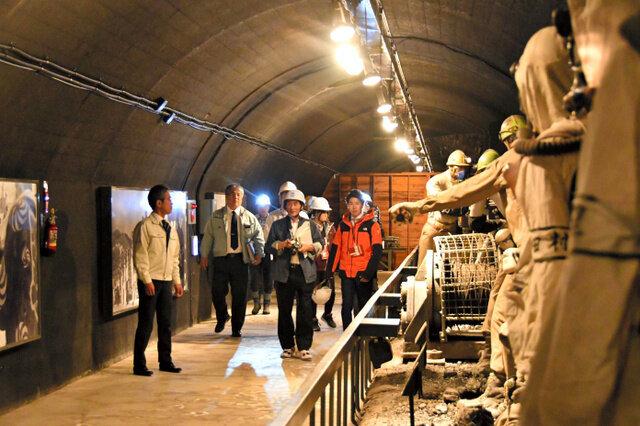 石炭博物館本館から模擬坑道に続く通路の視察。炭鉱労働者を模したマネキン人形などの展示物は無事だった=2019年5月13日午後1時39分、北海道夕張市高松