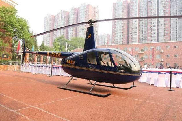 딸 초등학교에 헬리콥터 보낸 아빠가 비난을