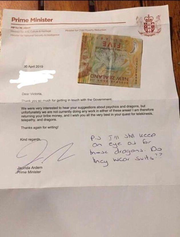 Una bambina di undici anni cerca di corrompere con 5 dollari la premier della Nuova Zelanda per una ricerca...
