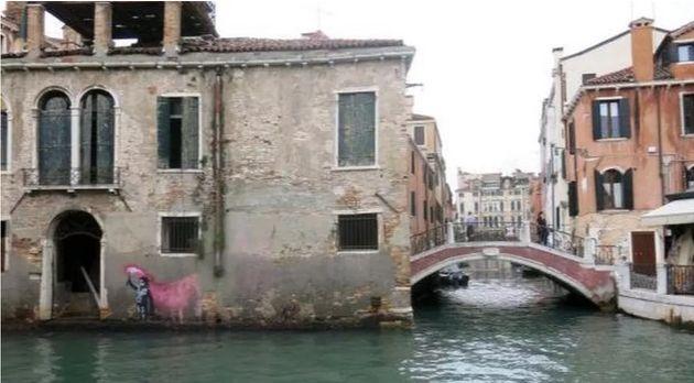 A Venezia è apparso un murales attribuito da molti a