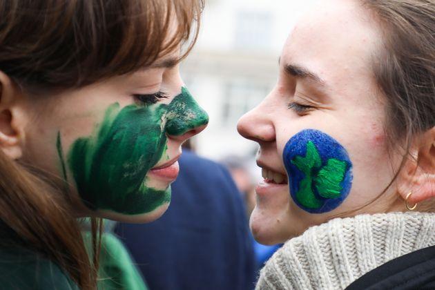 Unas jóvenes estudiantes participan en un Viernes por el Clima, el pasado marzo, en Varsovia