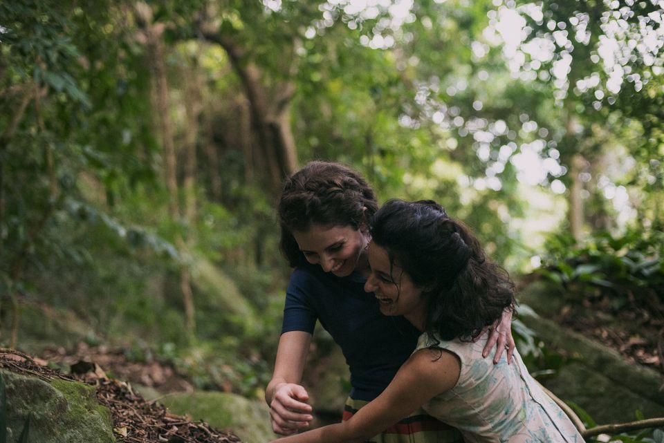 Carol Duarte eJulia Stockler em cena de A Vida Invisível de Eurídice