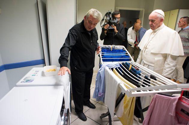Un super ministero della carità in arrivo in Vaticano. In pole position l'elemosiniere Konrad