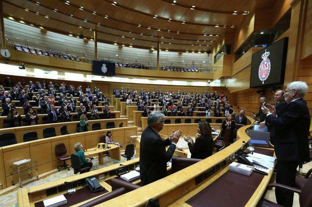 Los senadores aplauden al presidente de la cámara, Pío García Escudero, tras su...