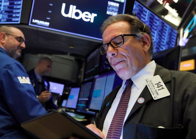 Un trader surveille le cours de l'action Uber après son introduction en bourse à Wall Street...