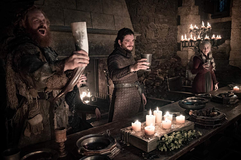 Tormund, Jon snow e Daenerys comemoram a vitória contra o exército do Rei da Noite com...