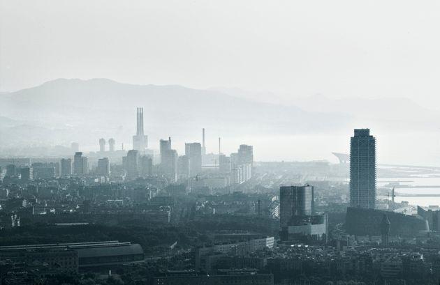 Barcelona, con una visible capa de contaminación, en un día de