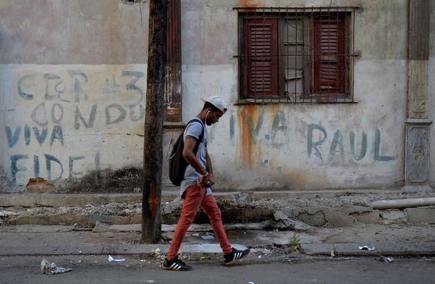 Un joven cubano camina por una calle de La
