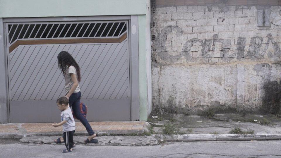 Sabrina Ferreira, de 13 anos, é quem pega Lucas, seu irmão de 1 ano e seis meses, na creche. Vanderléa, sua mãe, só sai do trabalho depois das 17h.