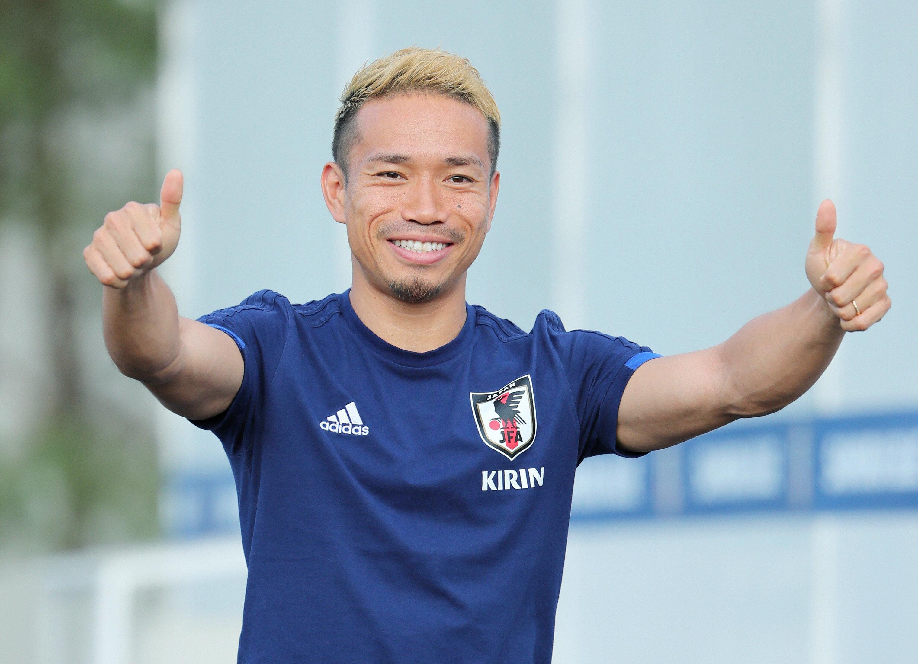 ロシアW杯決勝トーナメント1回戦のベルギー戦から一夜明け、ポーズを取る日本代表の長友佑都