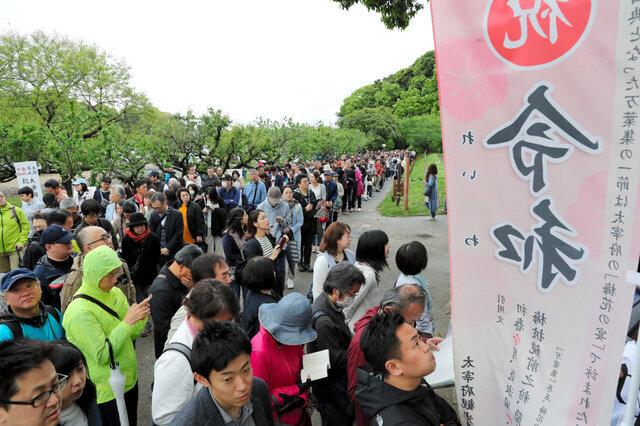 5月1日、令和ゆかりの坂本八幡宮は早朝からにぎわった=福岡県太宰府市、小宮路勝撮影