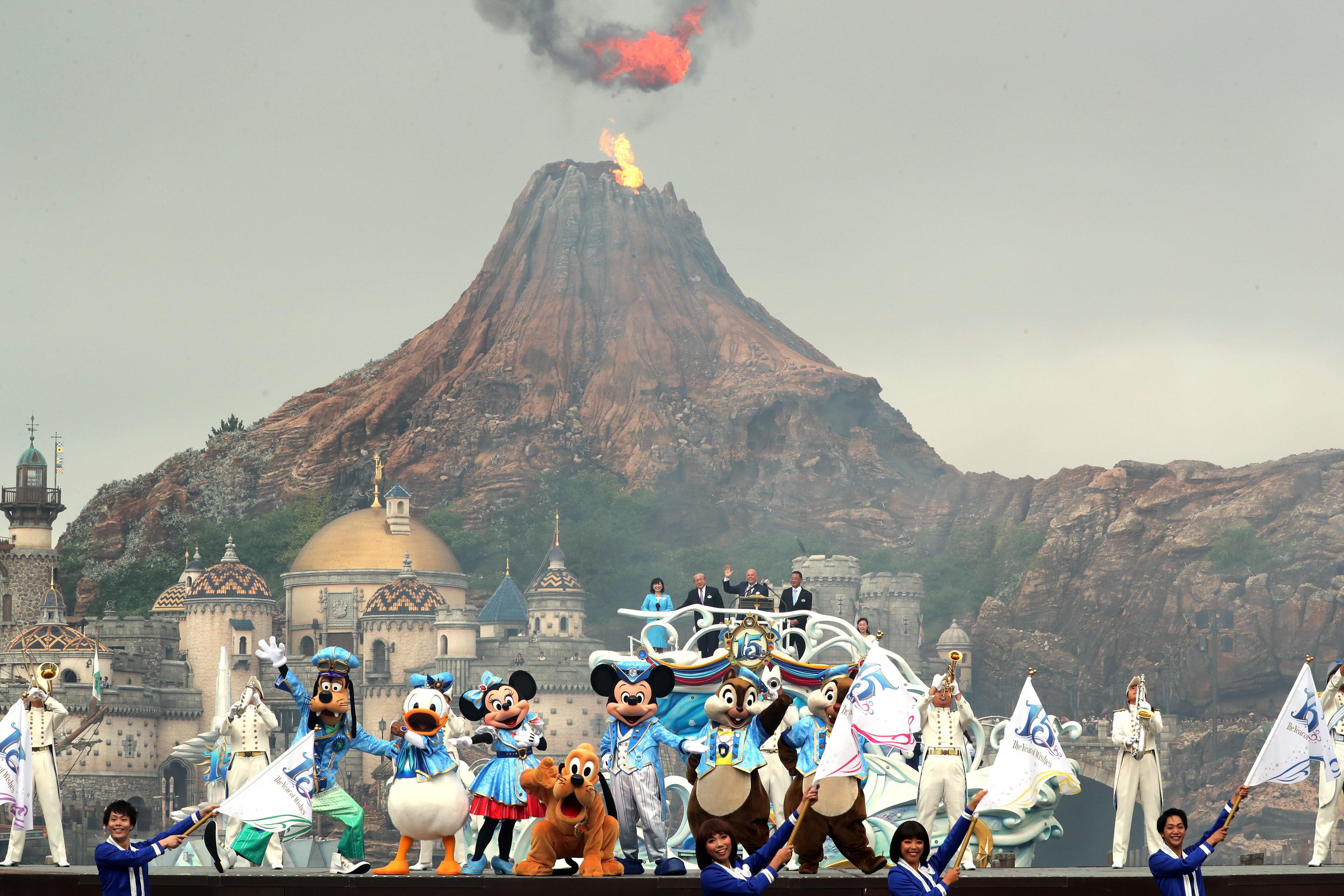 東京ディズニーシーが開園15周年を迎えた。園内で行われた記念セレモニーでは、ミッキーマウスをはじめとするディズニーのキャラクターがダンサーたちと共にパフォーマンスを披露し、来場者を盛り上げた(千葉県浦安市)=2016年09月04日撮影