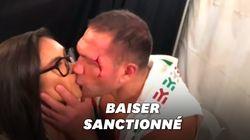 Ce boxeur est suspendu pour avoir embrassé une journaliste de