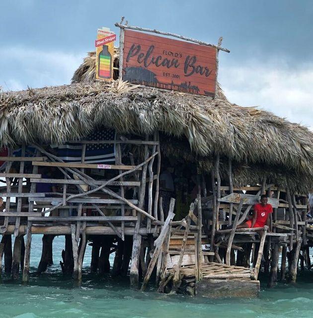 Un bar galleggiante nel mare dei Caraibi cerca un nuovo