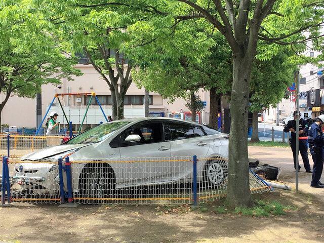 公園に突っ込んだ乗用車(2019年5月15日午前10時54分、千葉県市原市五井中央西2丁目、近隣住民提供)